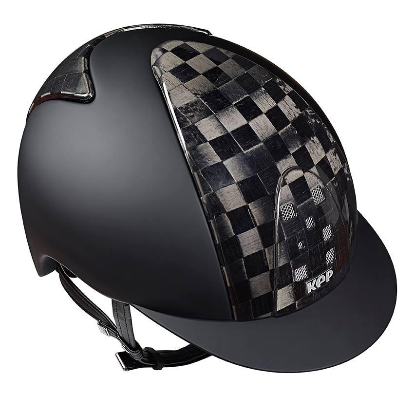 Un casco KEP nero con un estampado a cuadros negro y gris.