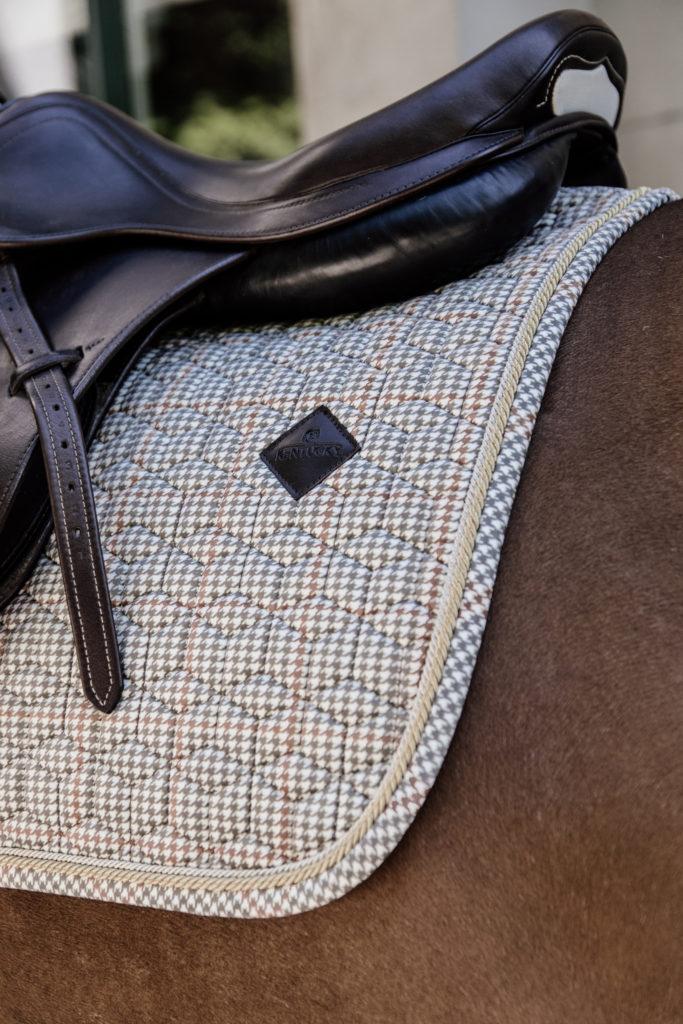 Una mantilla de caballo a cuadrados de color crudo, otro de los artículos de hípica en los que invertir-