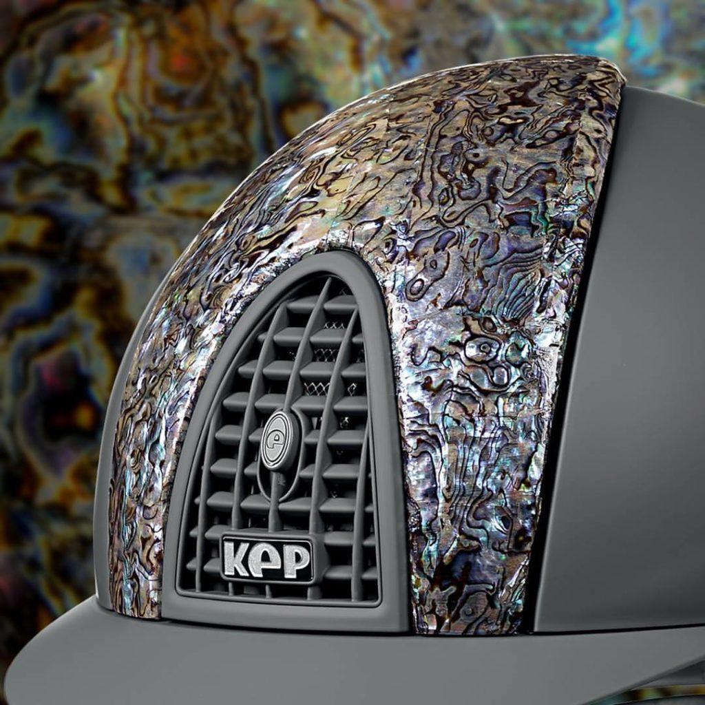 Un casco KEP nero con un estampado abstracto y cromado.