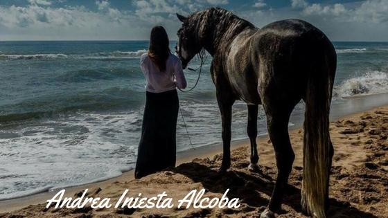 Andrea y su caballo mirando al mar