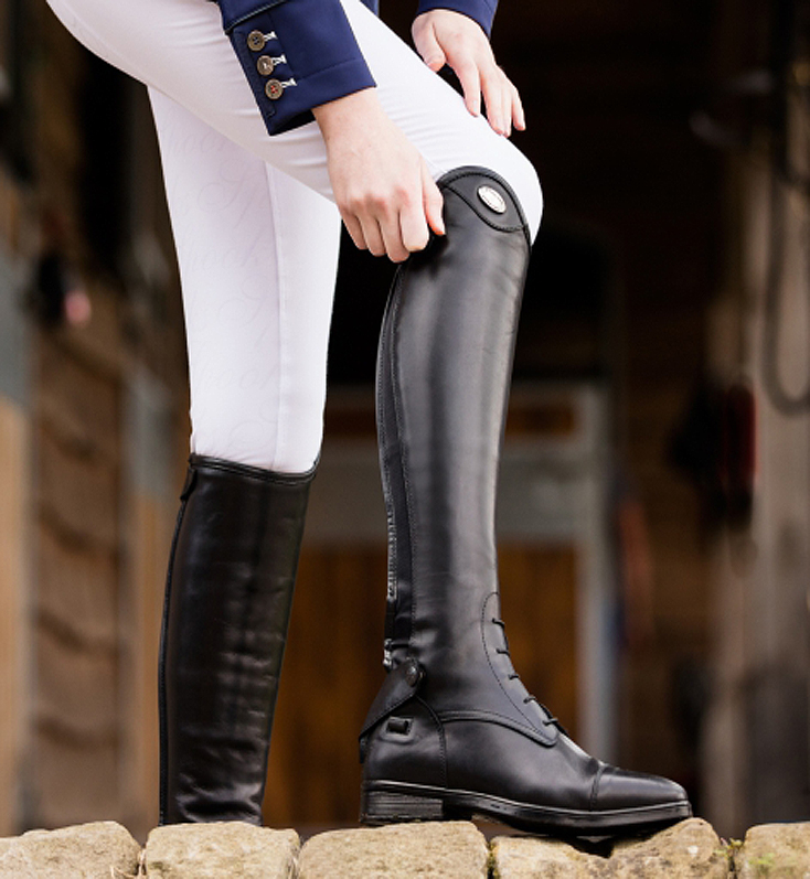 Unas botas de cuero negras de calidad, un artículo de hípica donde invertir.