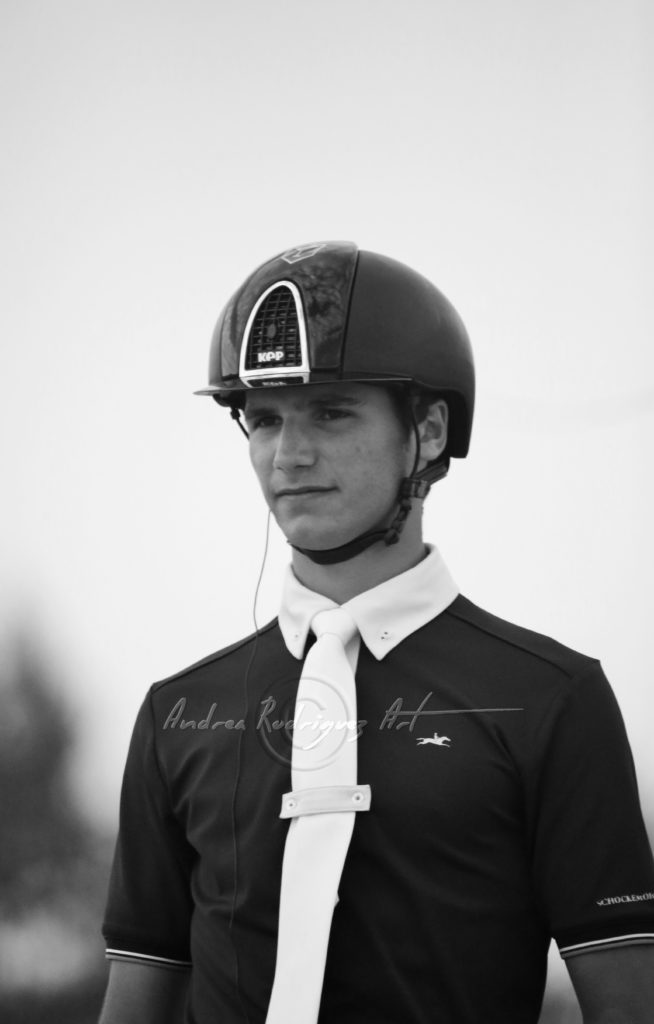 Una fotografía de Juan Matute luciendo un casco KEP.
