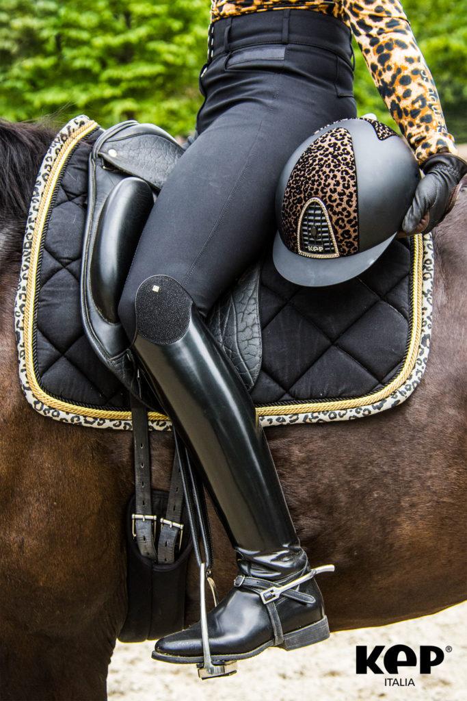 Un casco KEP nero con estampado de Leopardo.