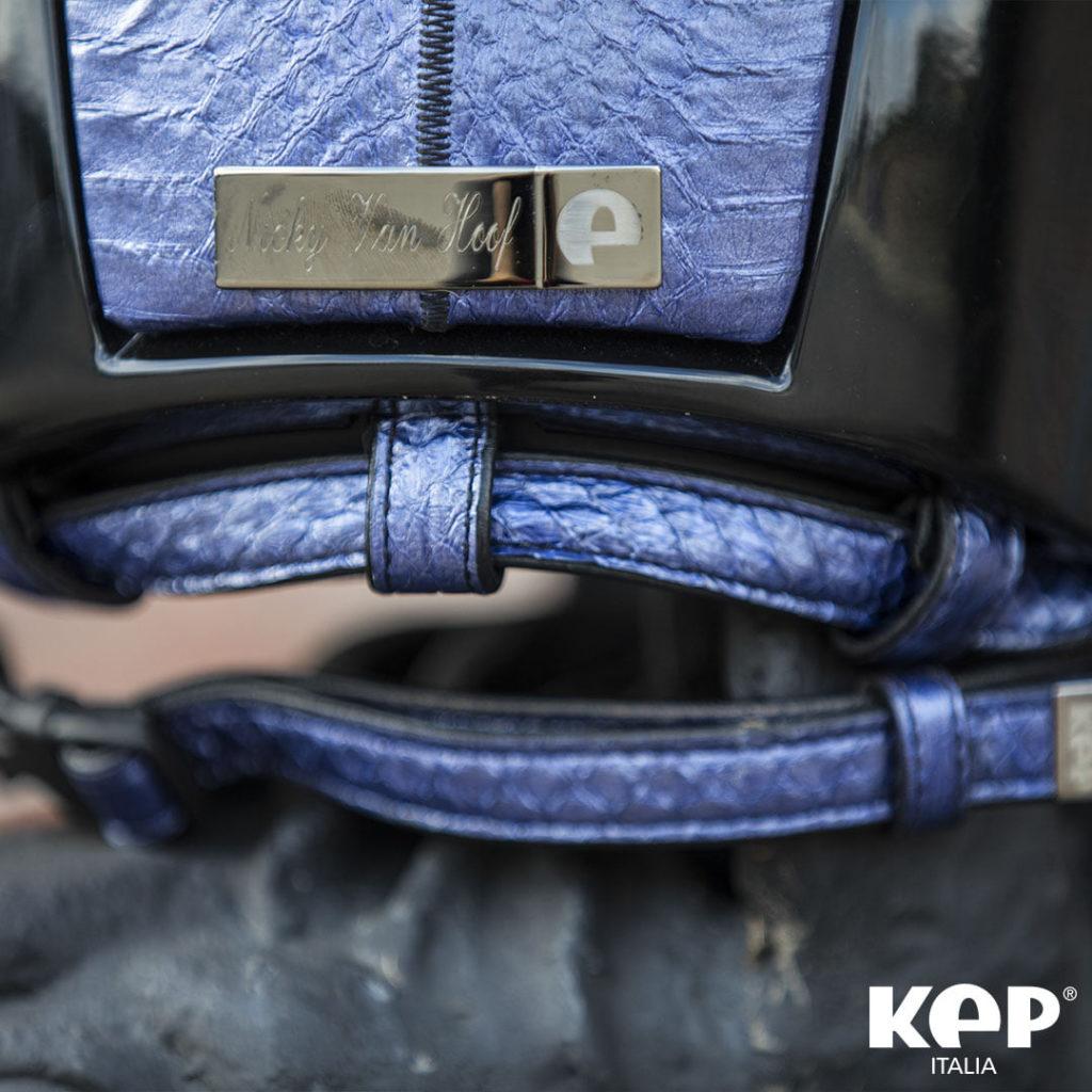 Una muestra de las opciones de personalización de las correas del casco KEP.