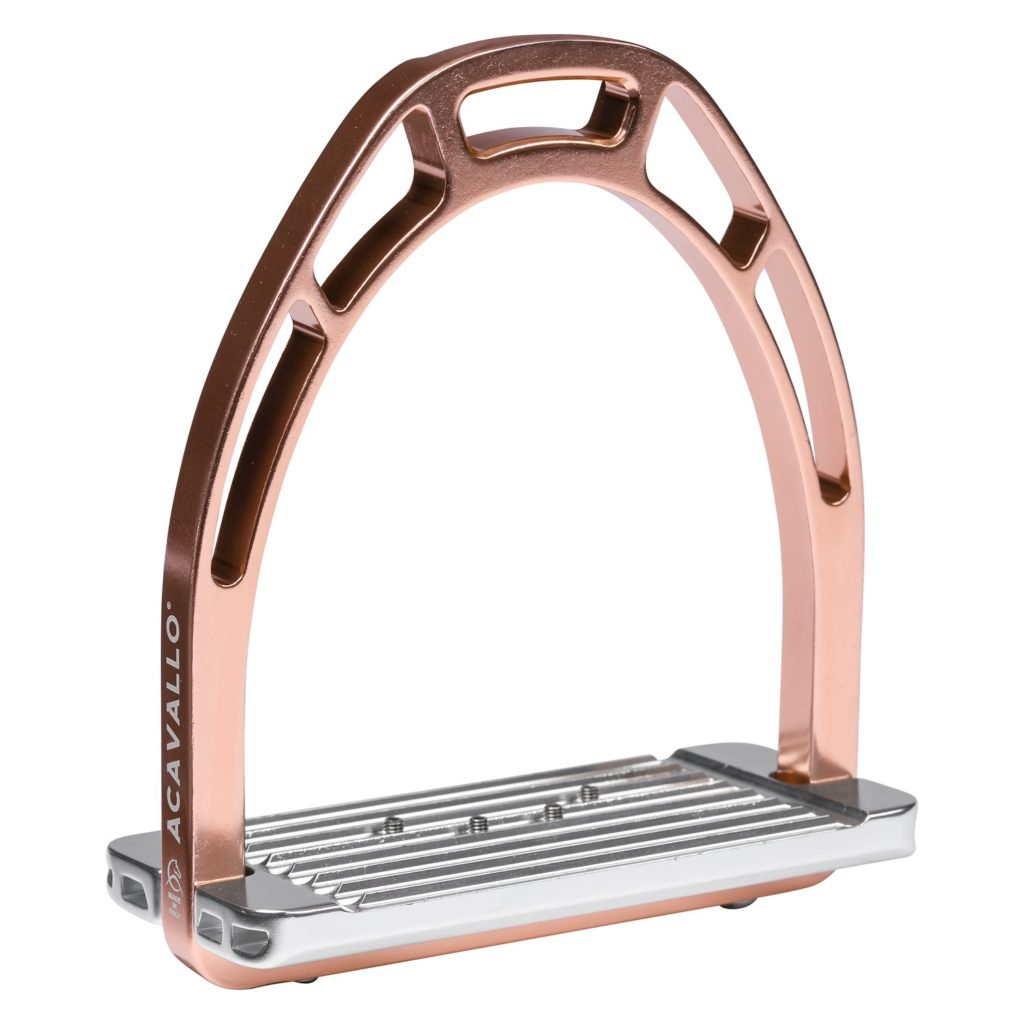 Estribos de doma con el arco rosado metálico de la marca acavallo.