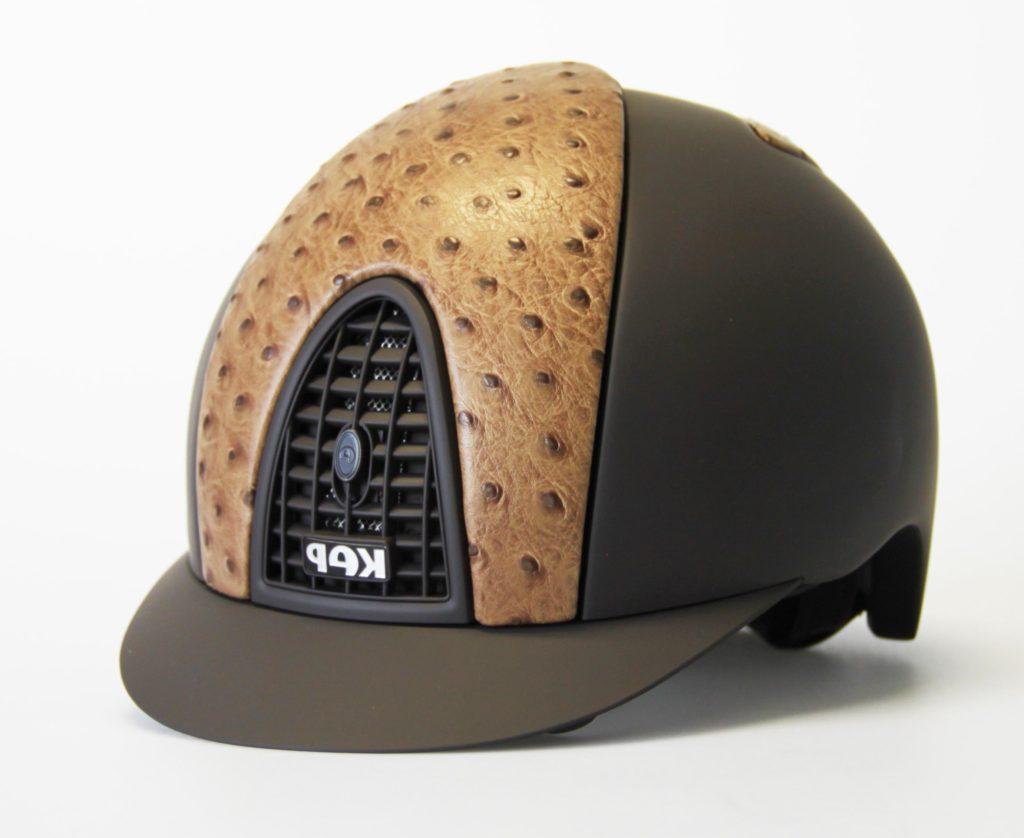Un casco KEP nero con estampado de guepardo.
