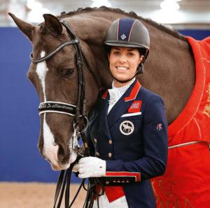 Charlotte Dujardin en una exhibición con su caballo. Lleva unos guantes de equitación roeckl.