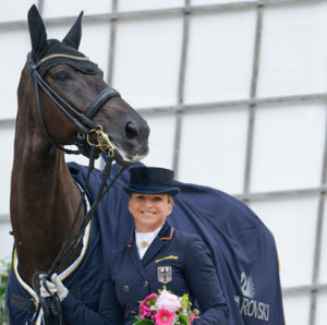 Dorothee Schneider tras una exhibición con su caballo marrón oscuro.