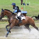 Emily Baldwin y Rinwood Cooley un concurso. Usan uno de los filetes para caballo Neue Schule