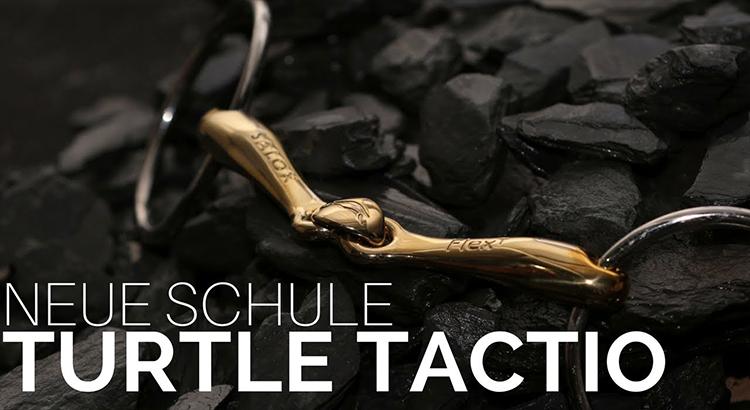 Un filete para caballos Turtle Tactio color bronce con dos anillas.