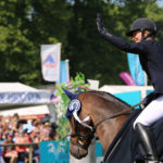 Julia Krajewski y leading Edge en un concurso. Usan uno de los filetes para caballo Neue Schule