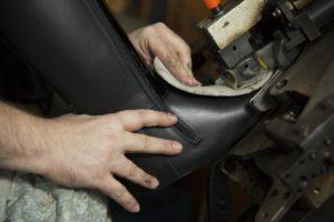 Detalle del acabado de las botas de forma artesanal