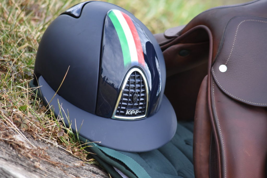 Un casco KEP nero con la bandera italiana.