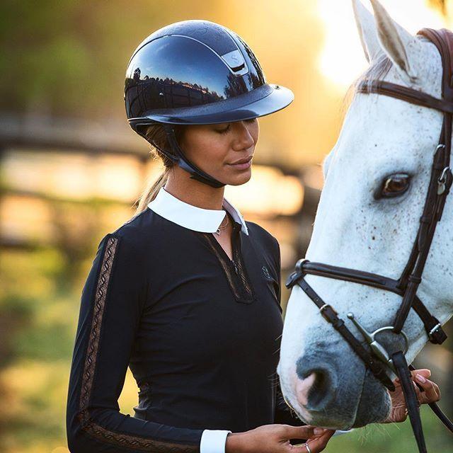 Una amazona con un casco samshield de calidad. Es importante invertir en este artículo de hípica.