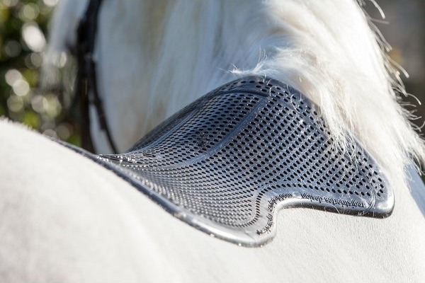 Un protector de silicona, muy útil para prevenir las rozaduras en la piel del caballo en su lomo.