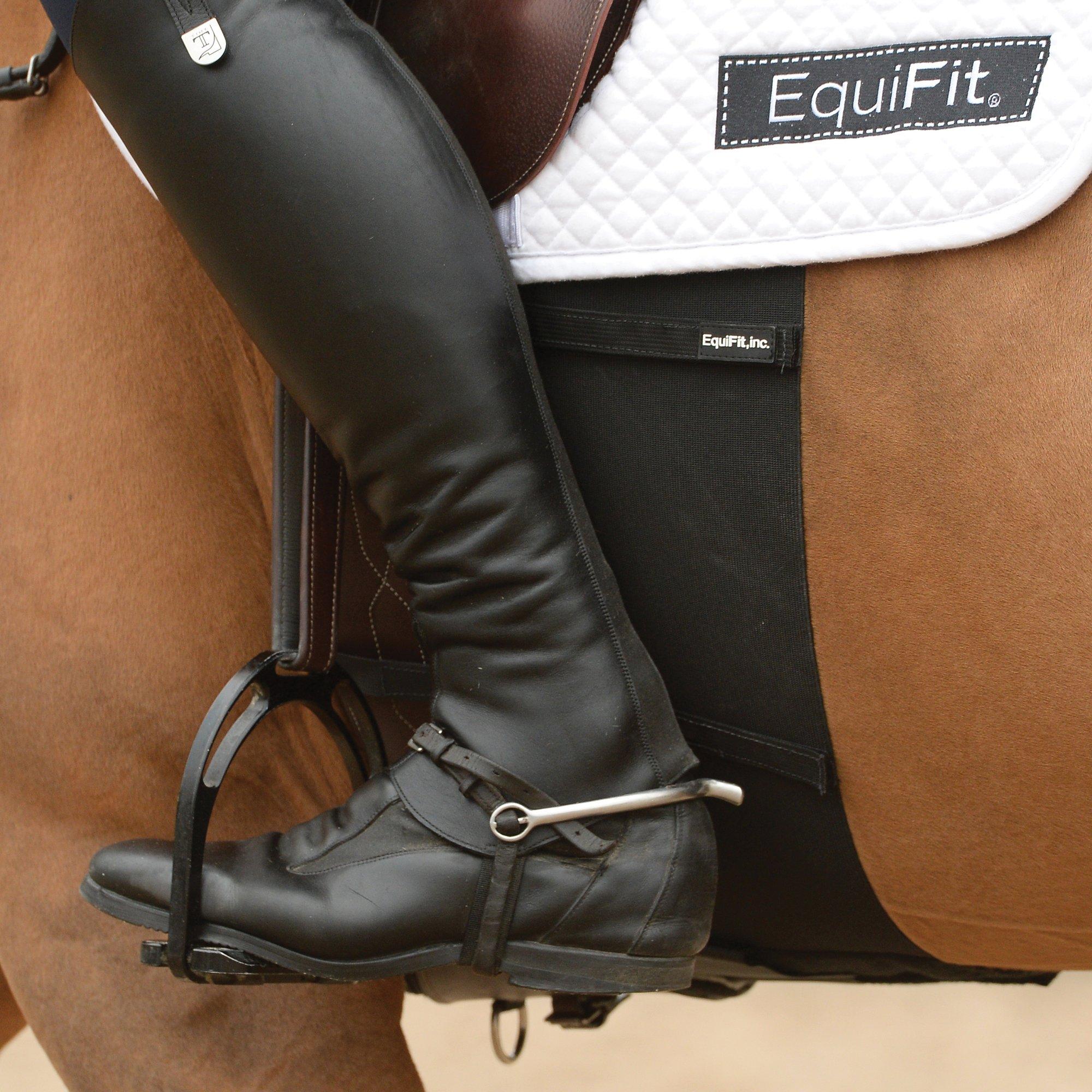 Un caballo marrón con un protector de espuelas. Las espuelas suelen causar rozaduras en la piel del caballo