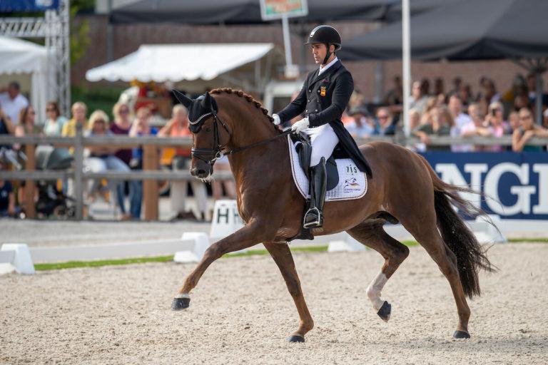 Jurado Lopez Severo junto a su caballo en un torneo. Se llevan a cabo muchas trampas en los concursos de doma