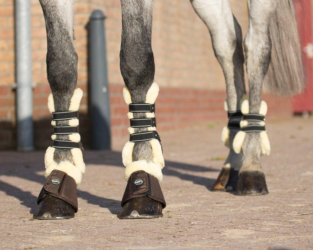 Unos protectores con borrego en las cuatro patas. Son muy útiles para evitar rozaduras en la piel del caballo.